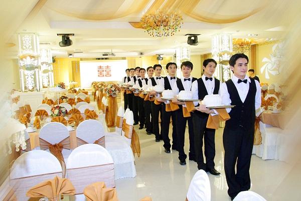 Bưng bê tiệc cưới, nhà hàng
